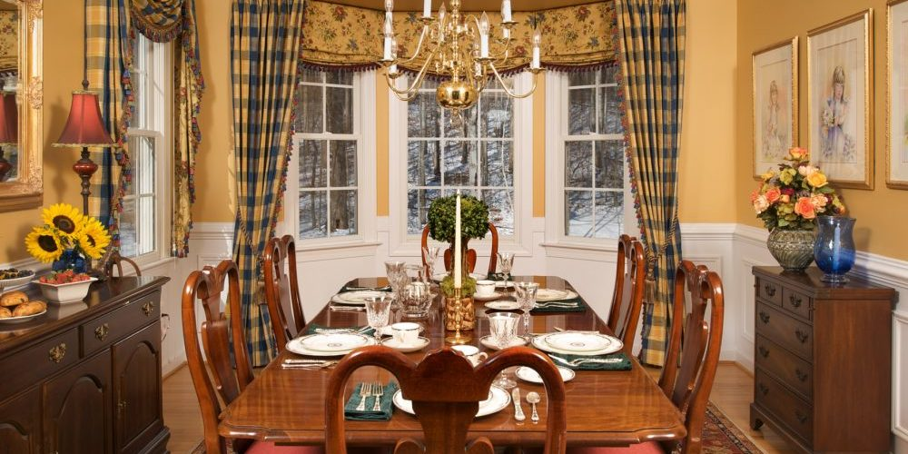 table-chairs-rug-plates-glass-candle-lamps-chandelier-curtains-windows-flower-cabinets-pictures-mirror-1000x550